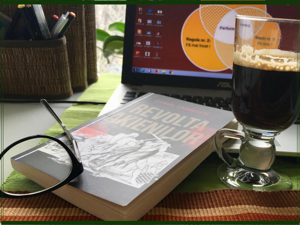 """""""Revolta Akienilor"""", o cafea tarzie si o doza de ganduri pe hartie"""